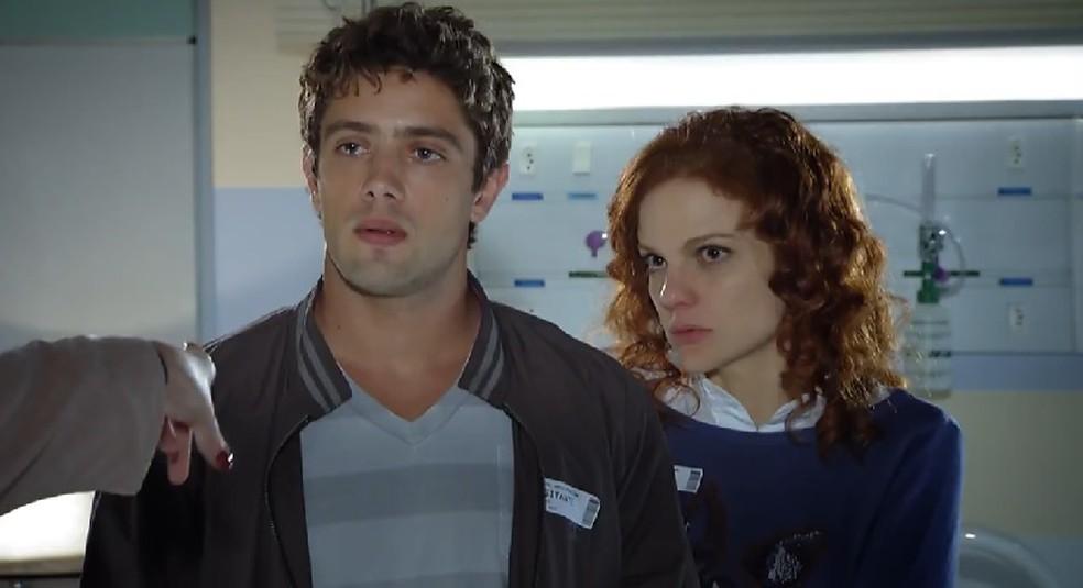 Rodrigo (Rafael Cardoso) e Nanda (Maria Eduarda de Carvalho) ficam chocados com ameaças de Eva (Ana Beatriz Nogueira) — Foto: Globo