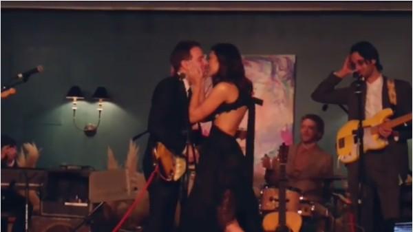 A atriz e cantora Mandy Moore fazendo um dueto com seu marido na festa em seguida ao casamento dos dois (Foto: Instagram)