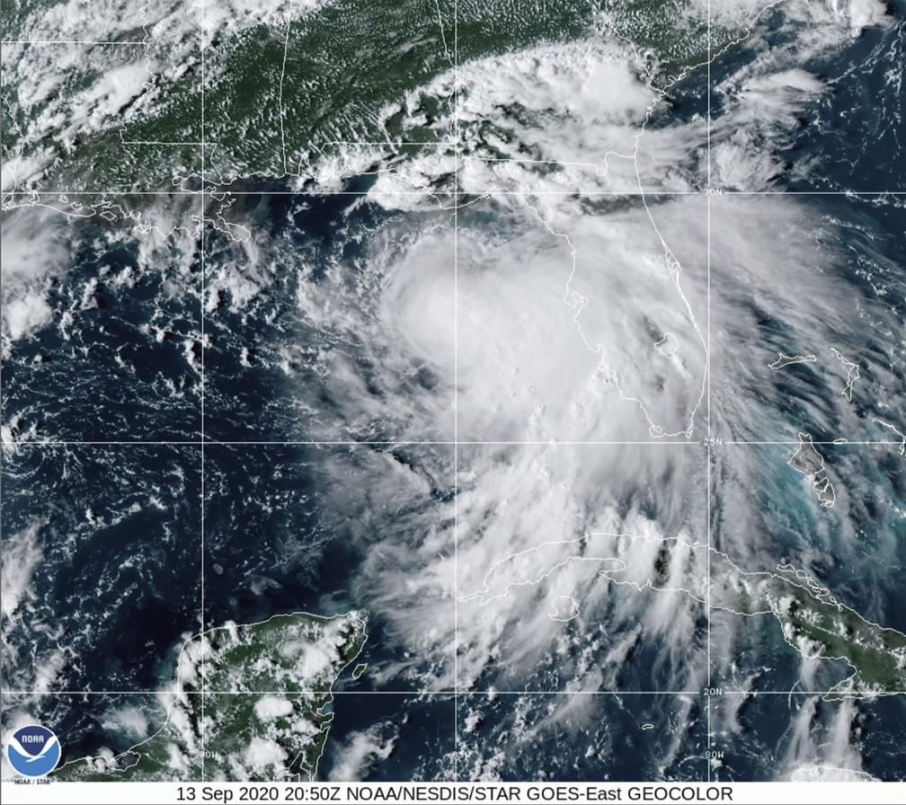 Imagem de satélite mostra furacão Sally se aproximando do solo do sul dos EUA no domingo (13) — Foto: NOAA via AP