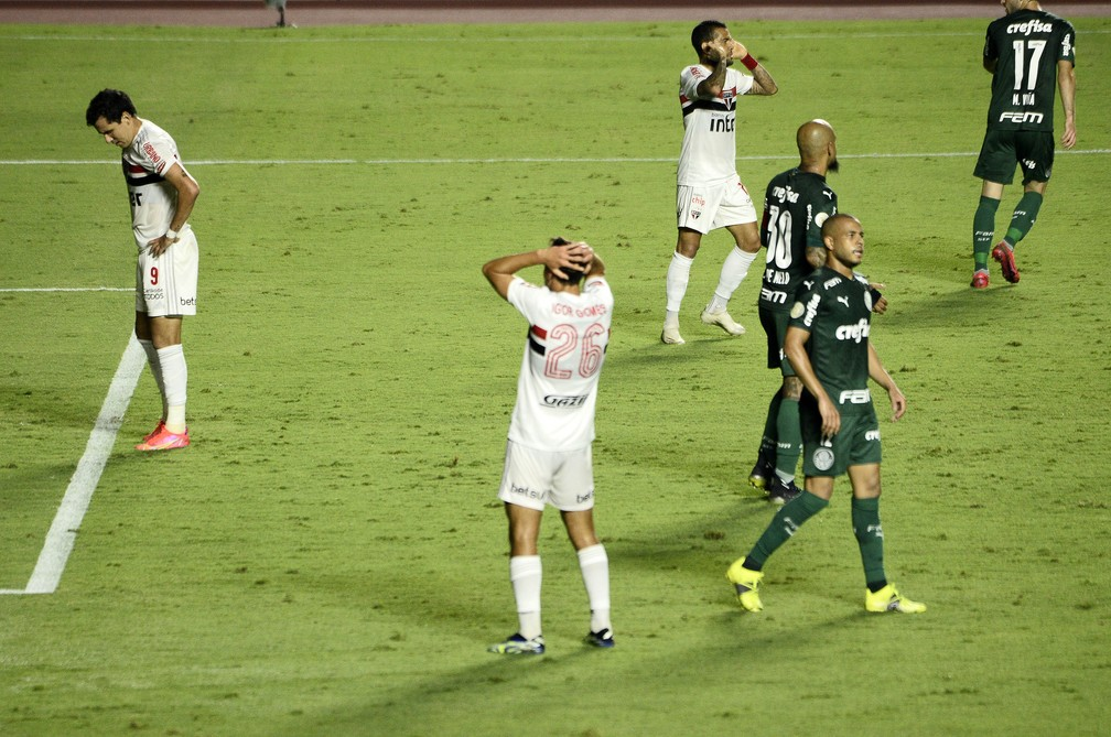 Jogadores do São Paulo lamentam durante clássico — Foto: Marcos Ribolli