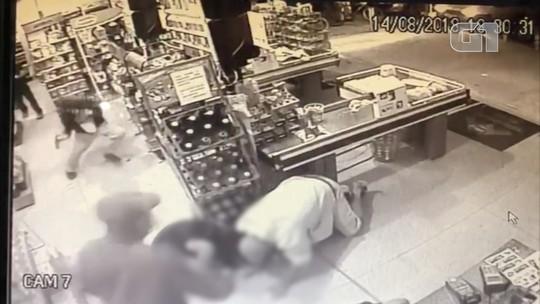 Assaltante é morto por policial durante roubo a mercado em São José; assista