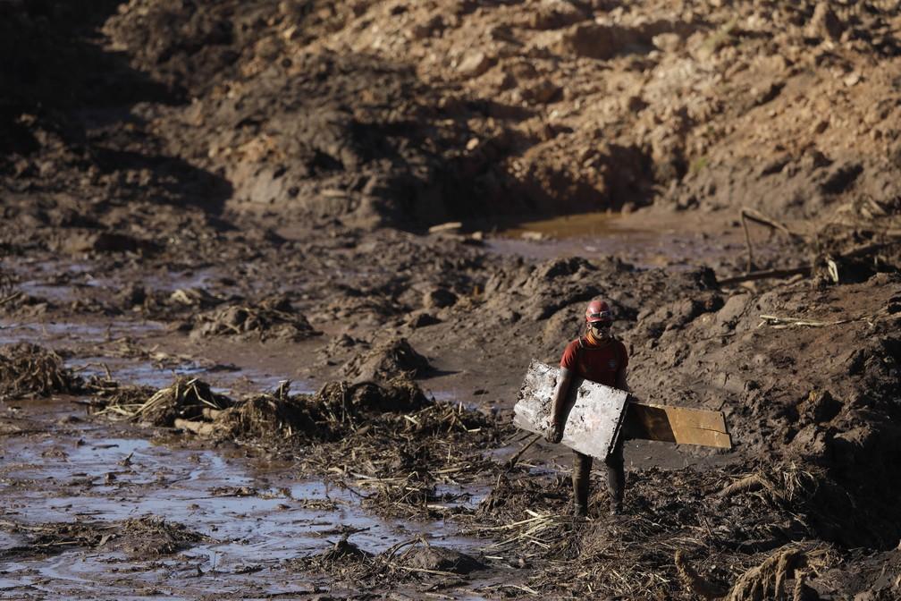 Buscas por vítimas em Brumadinho após rompimento de barragem seguem nesta segunda-feira (28) — Foto: AP Photo/Leo Correa