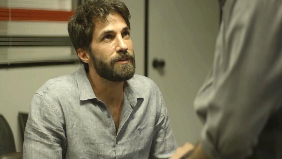 Rael (Rafael Queiroz) conta a Camilo (Lee Taylor) sobre o passado de Chiclete (Sergio Guizé) como justiceiro, em 'A Dona do Pedaço' — Foto: Globo