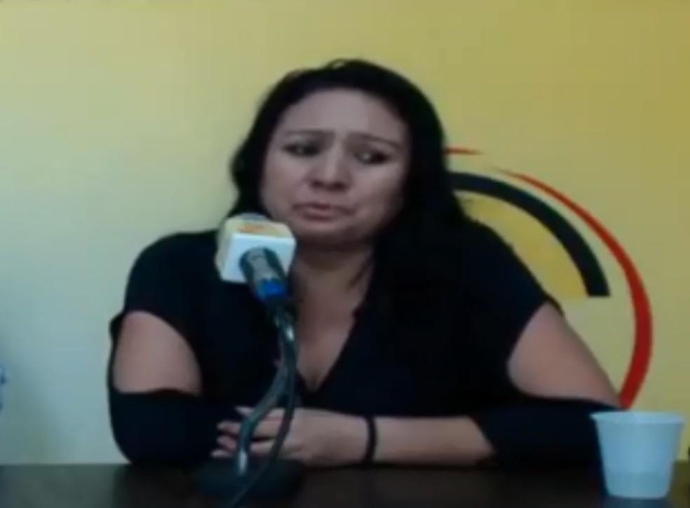 Daniela ficou emocionada diversas vezes durante entrevista para rádio de São Roque — Foto: Reprodução/Rádio Coluna FM