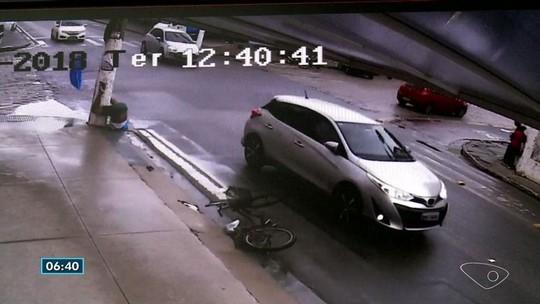 Ciclista é atropelado e lançado na calçada em Linhares, ES; veja vídeo