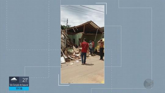 Caminhão perde o controle, atinge uma casa e derruba outra em Ipuiuna, MG
