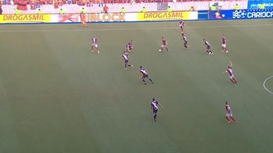 """Comentarista vê impedimento """"relativamente fácil"""" não marcado em lance que deu origem a gol do Flamengo"""