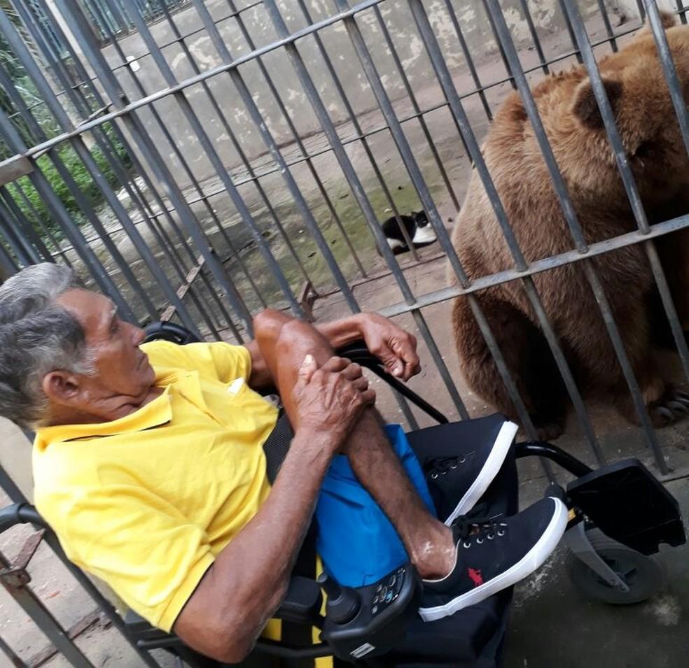 O aposentado visita o zoológico pela primeira vez, também.  (Foto: Divulgação/ Arquivo pessoal )