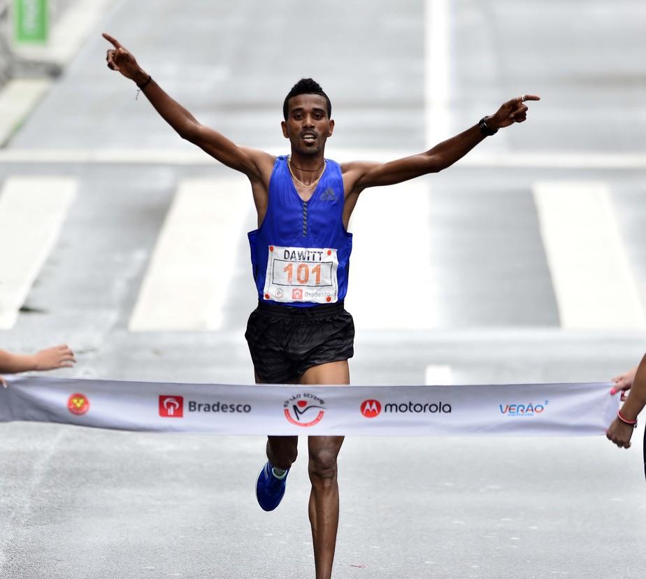 Etíope Dawitt Admasu arranca nos últimos 5km e é bicampeão da São Silvestre