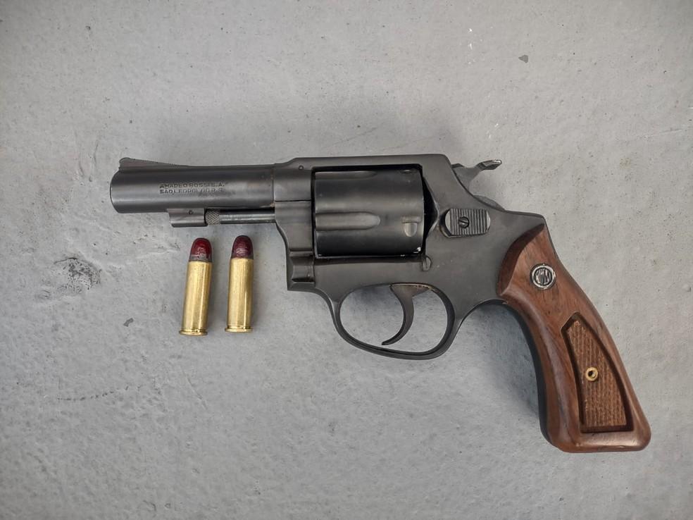 Arma com duas munições foi apreendida pela Polícia Militar — Foto: Divulgação/Polícia Militar