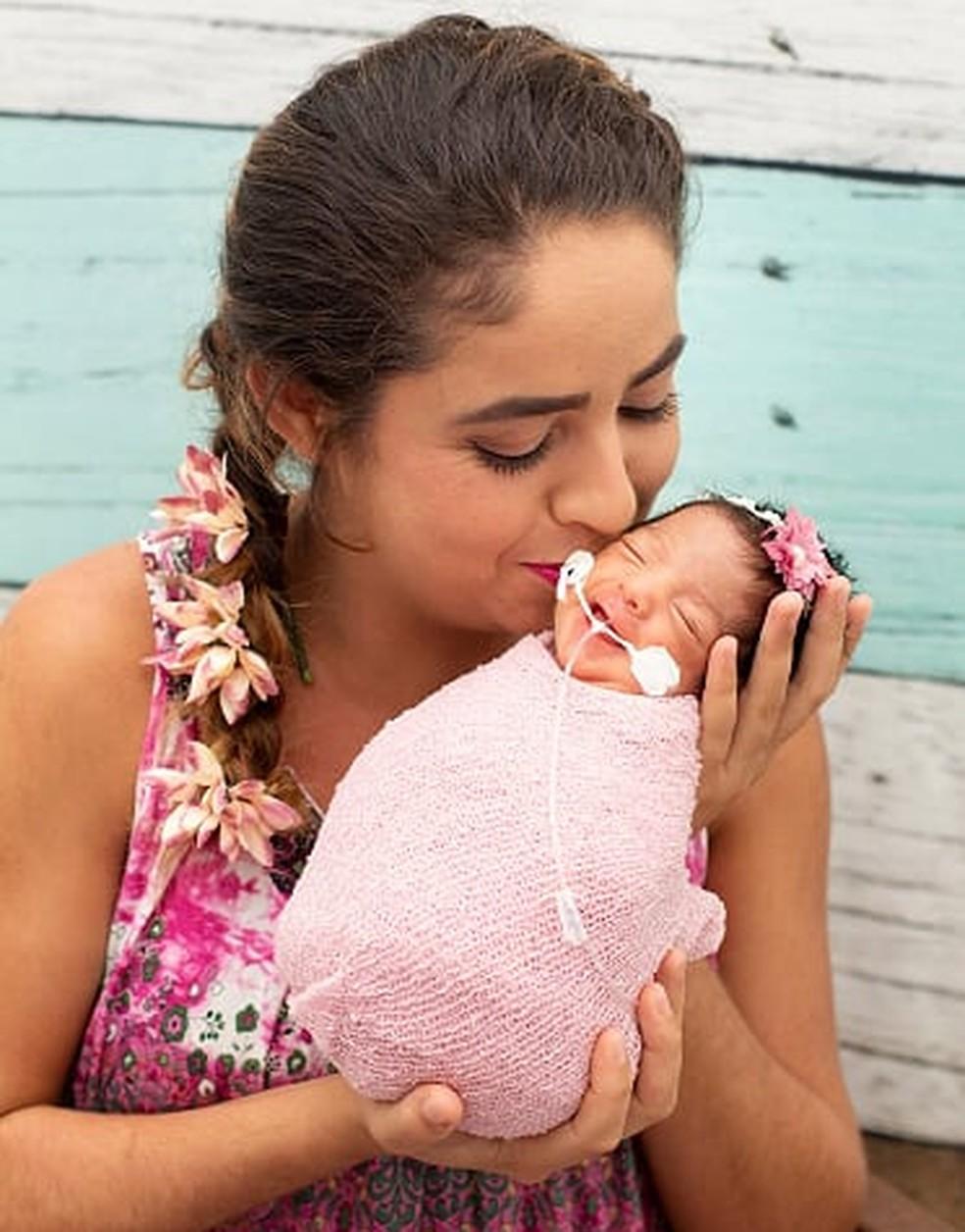Deuselita Araújo no primeiro contato com a filha Rebecca. (Foto: Denise Brecci)