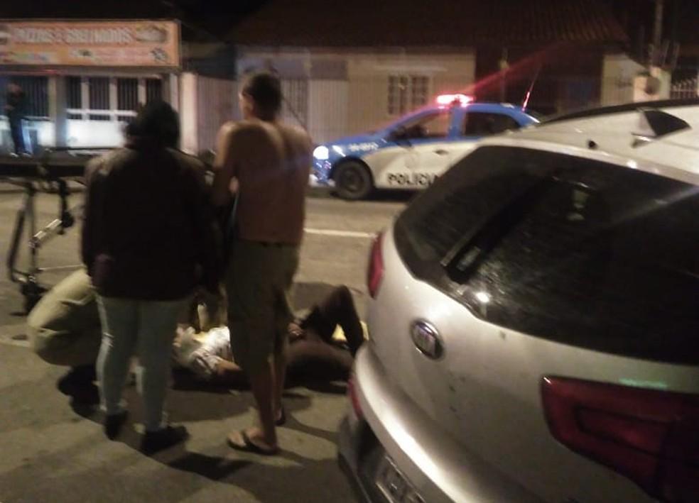 Carro bate em poste e deixa feridos em Resende (Foto: TV Rio Sul/Reprodução)