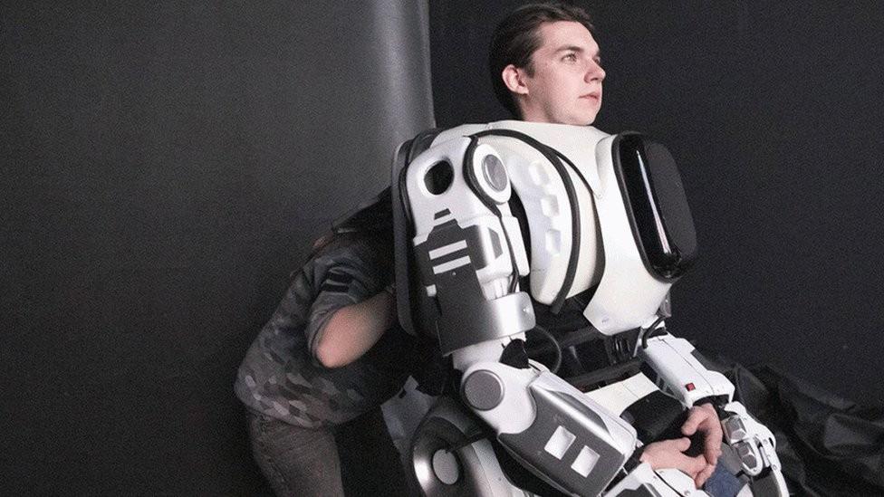 Dentro do robô Boris havia uma pessoa (Foto: Reprodução)