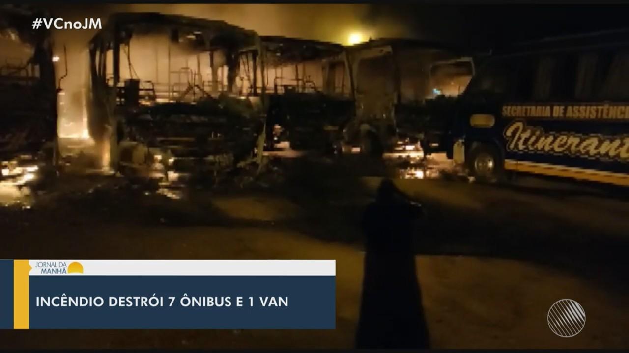 Incêndio atinge garagem em Barra do Choça e destrói veículos; veja