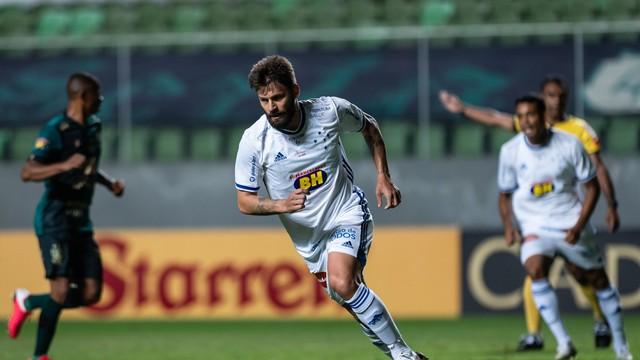 Rafael Sobis comemora gol pelo Cruzeiro