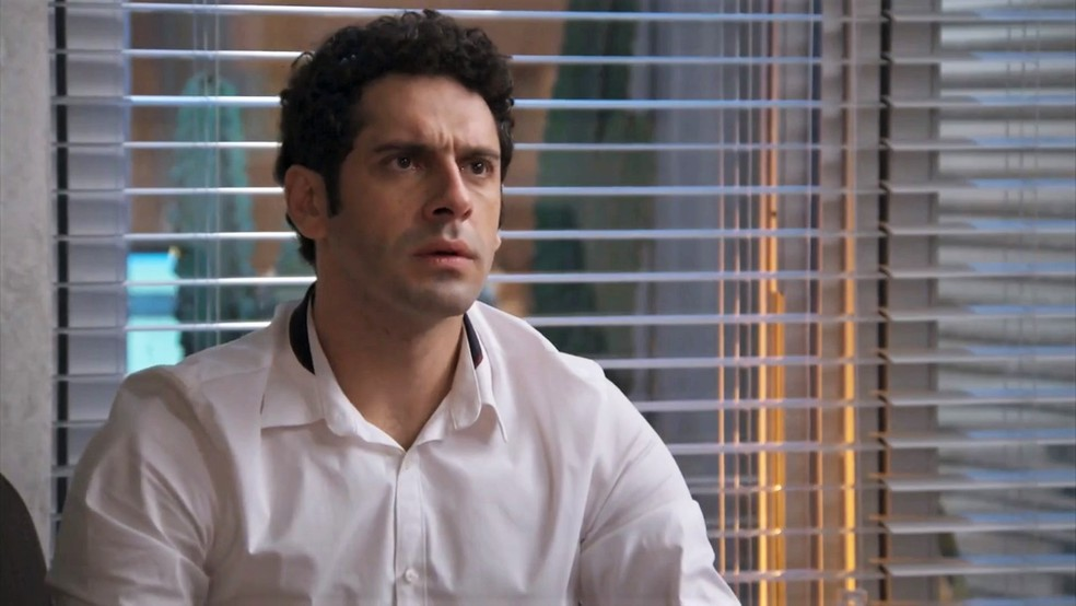 Beto (João Baldasserini) se choca com a revelação de Carmela (Chandelly Braz) sobre Henrique (Nando Rodrigues) - 'Haja Coração' — Foto: Globo