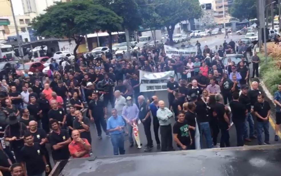 Policiais e bombeiros caminharam por Goiânia e encerraram protesto na Praça Cívica — Foto: Claysson dos Santos Souza/TV Anhanguera