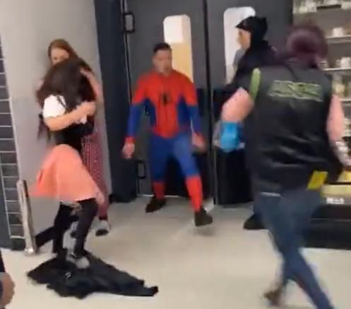 Homem-Aranha invade supermercado e agride funcionários e clientes (Foto: Reprodução/Twitter)