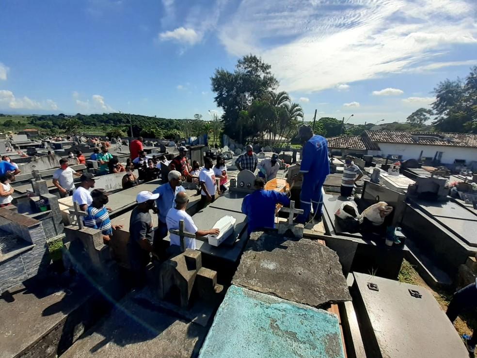 Familiares e amigos de gestante e bebê mortos em Macaé se despedem das vítimas  — Foto: Ravy Azevedo/Inter TV