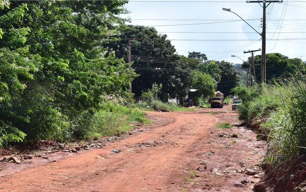 Avenida Tupinambás sem asfalto no bairro Jardim Petrópolis, em Goiânia: pavimentação é um dos programas que podem ser afetados (Foto: Vanessa Chaves/G1)