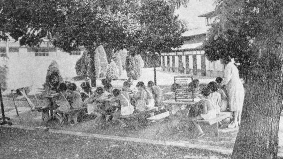 'Havia uma discussão de educadores contra a experiência da escola do passado, pensando-se em uma que fosse mais amigável, promovesse a defesa da democracia, para criar uma geração mais pacífica e solidária'; acima, uma aula no Parque da Água Branca, zona oeste de São Paulo — Foto: Revista Brasileira de Educação Física/Reprodução