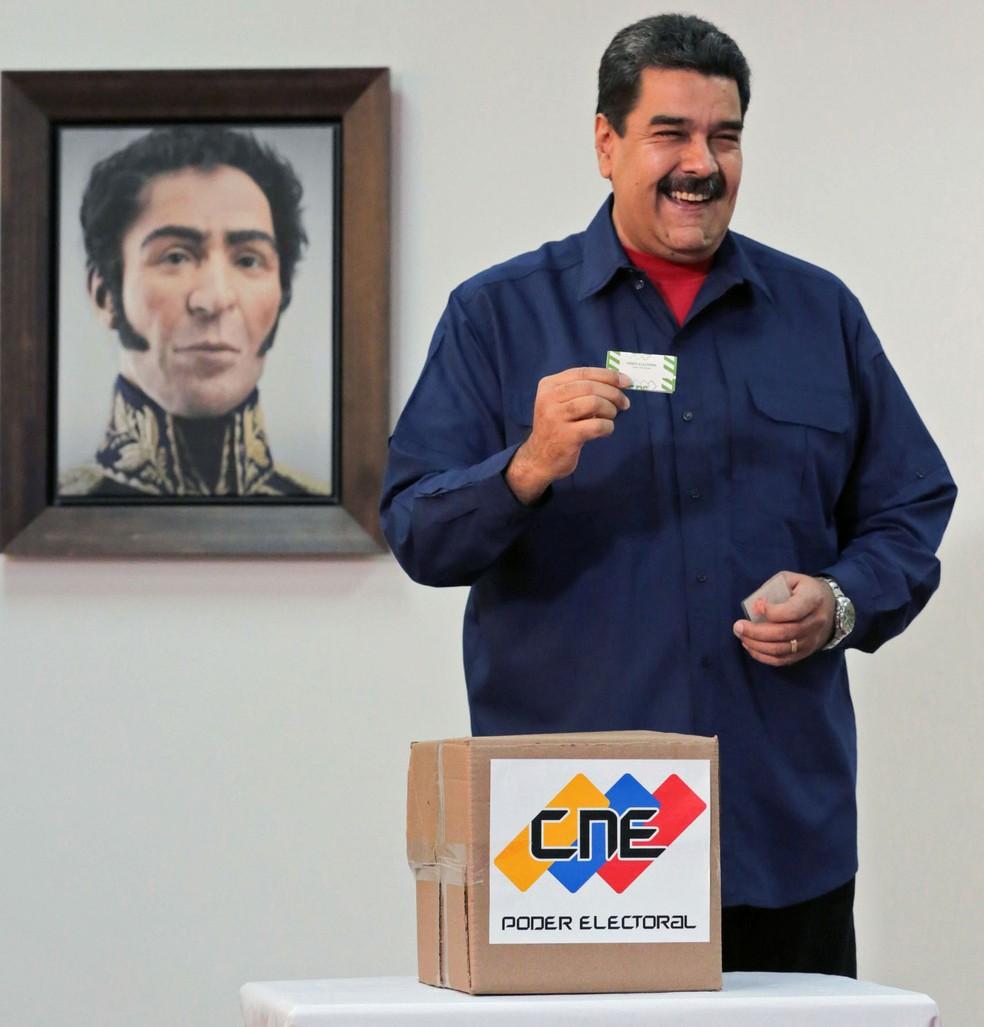O presidente da Venezuela, Nicolás Maduro, vota durante eleições municipais, em Caracas, no domingo (10) (Foto: HO/Venezuelan Presidency/AFP)