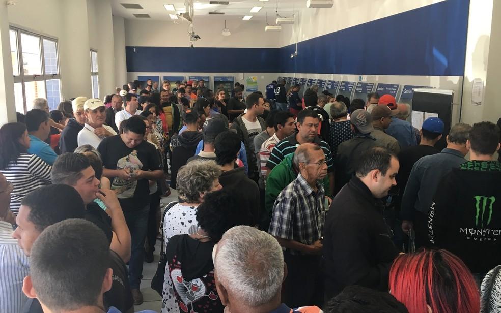 Trabalhadores lotaram agências da Caixa no ano passado para sacar saldo de contas inativas do FGTS (Foto: Vitor Santana/G1)