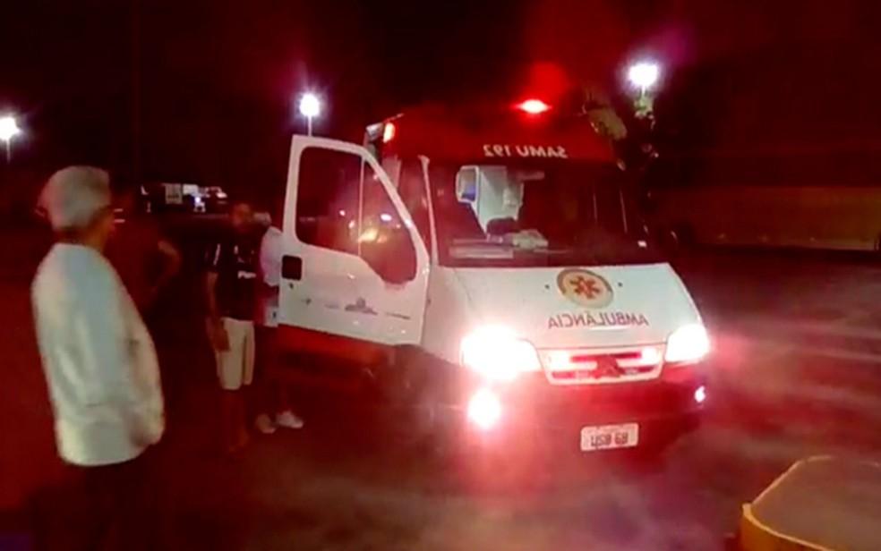 Motorista baleado foi atendindo pelo Samu e encaminhado a um hospital (Foto: Mário Bezerra)