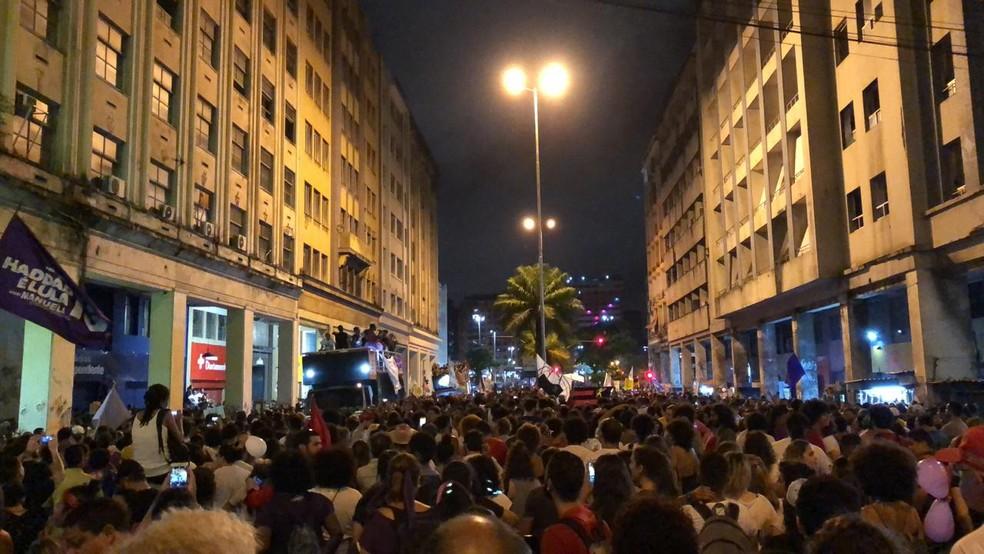 Manifestantes fazem passeata no centro de Recife (PE) contra Bolsonaro. — Foto: Marina Meireles / G1