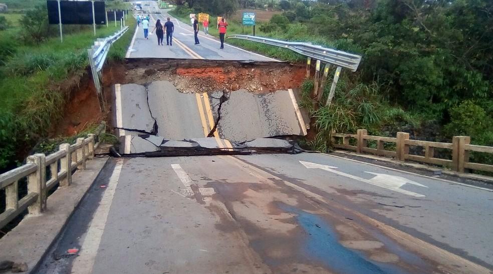 Chuva derrubou ponte e deixou trânsito interditado na BR-265, em Nazareno (Foto: Reprodução / Redes Sociais)
