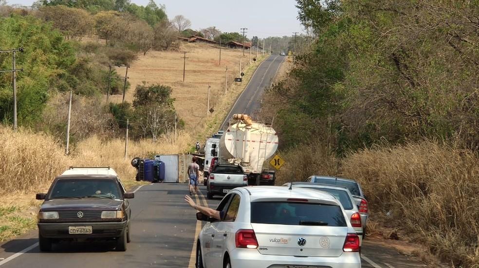 Acidente envolvendo caminhões na vicinal entre Tupã e Bastos (SP) causou trânsito no local. Pista foi interditada. — Foto: Tupaense Notícias/ Divulgação