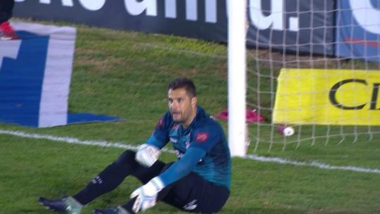 Marlon Freitas recebe na área, bate com força e Marcelo Pitol salva aos 35' do 2T
