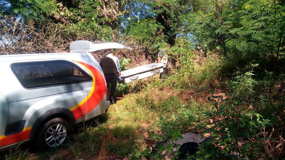 Perícia recolheu corpo e também objetos que podem ter sido usados por suspeitos em MS — Foto: Flávia Galdiole/TV Morena