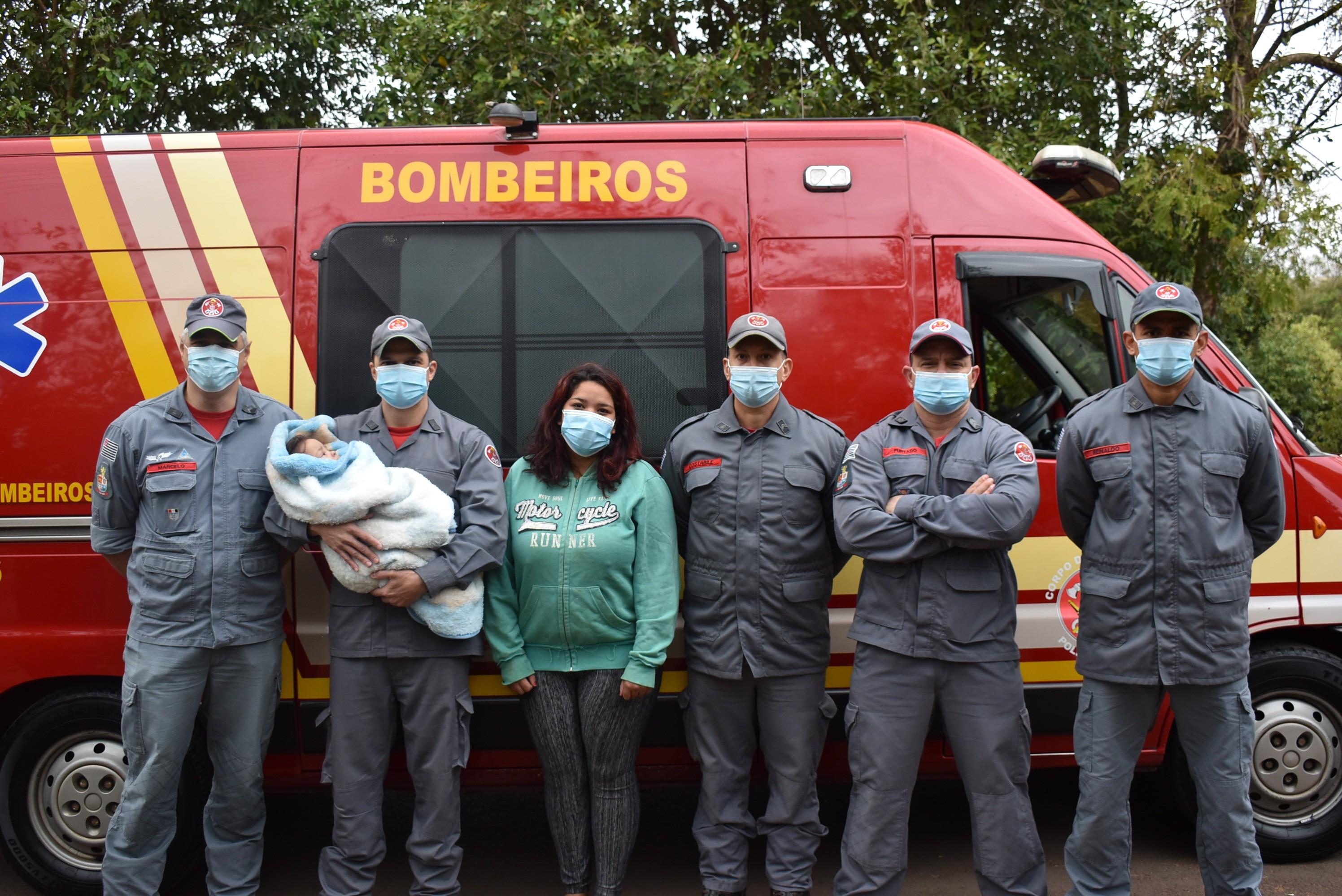 Bombeiros que salvaram bebê engasgada reencontram criança em Adamantina