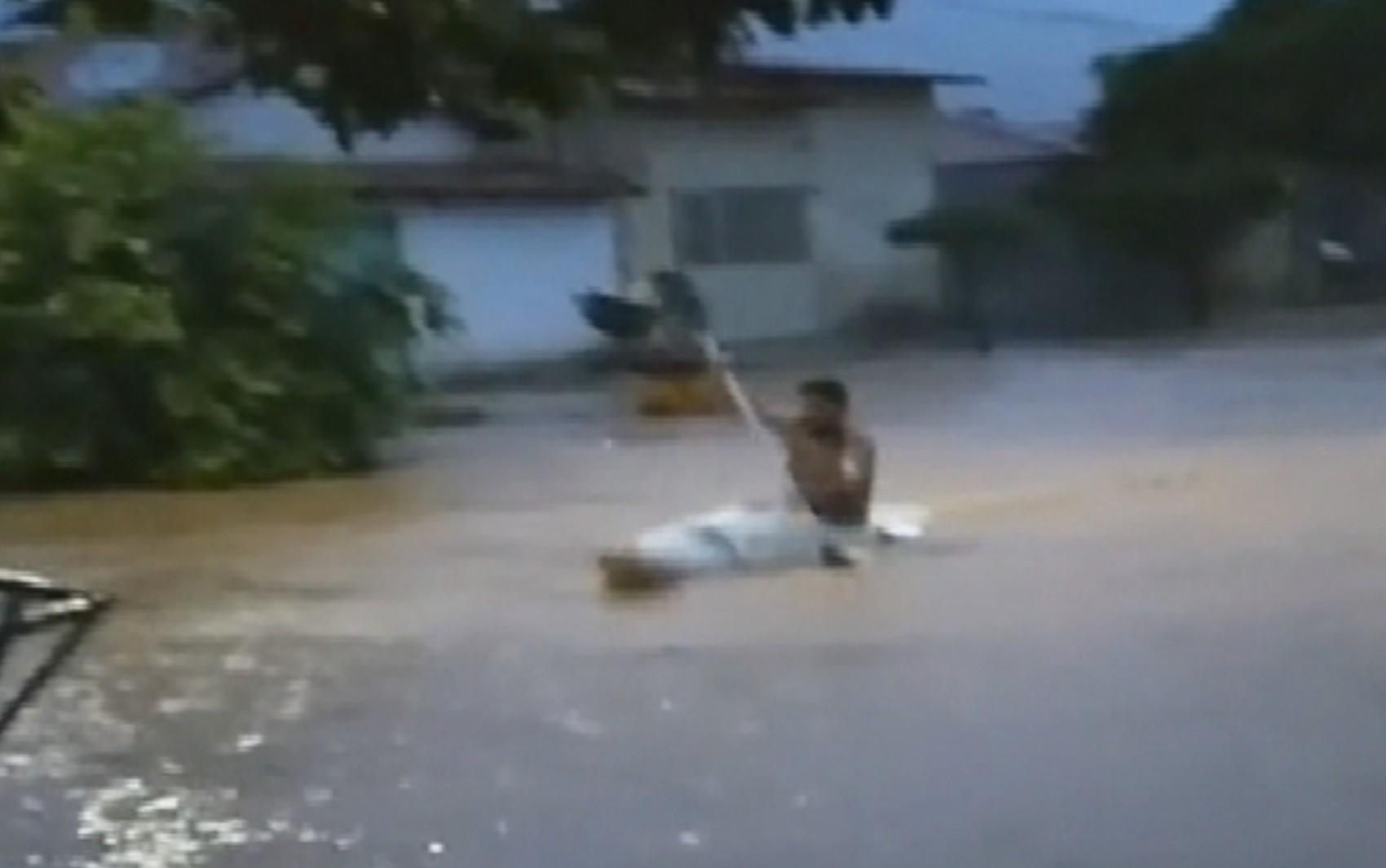 Enchente leva carro, abre cratera em rodovia e obriga morador a sair de caiaque pelas ruas de Alvorada do Norte; vídeo