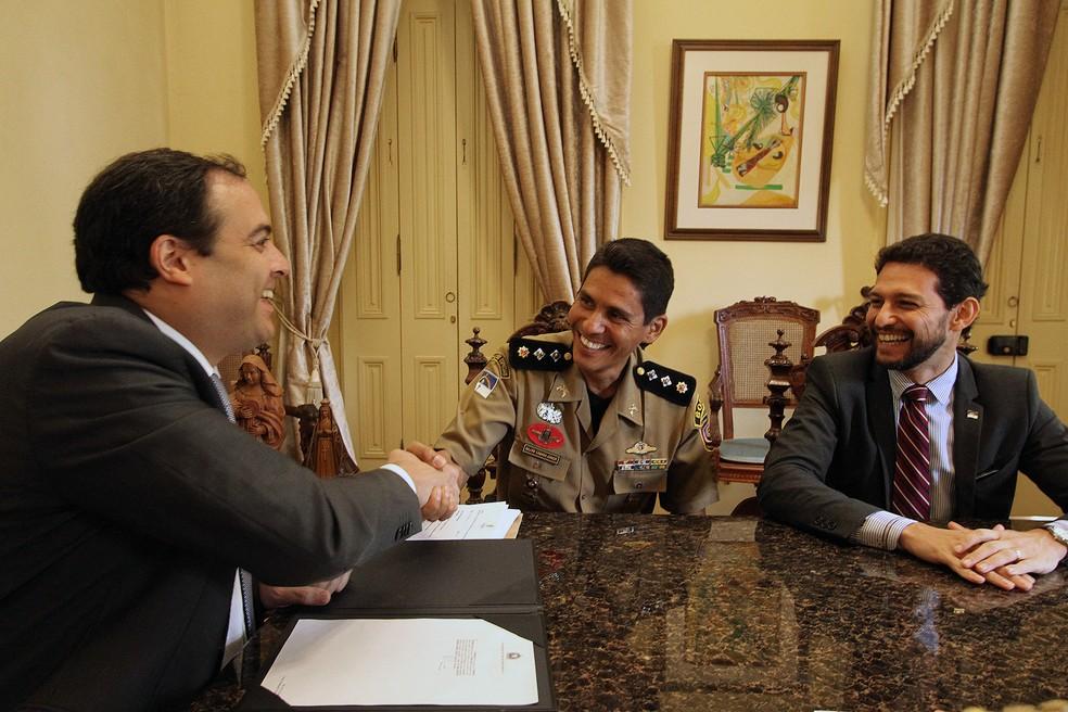Governador de Pernambuco Paulo Câmara (PSB) assina ato de promoção por bravura do PM Wellington Bezerra Câmara Júnior (Foto: Hélia Scheppa/SEI-PE)