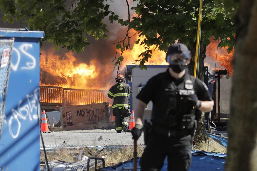 Manifestantes atearam fogo em construções perto de um centro de detenção juvenil em Seattle neste sábado (25) — Foto: Ted S. Warren/AP