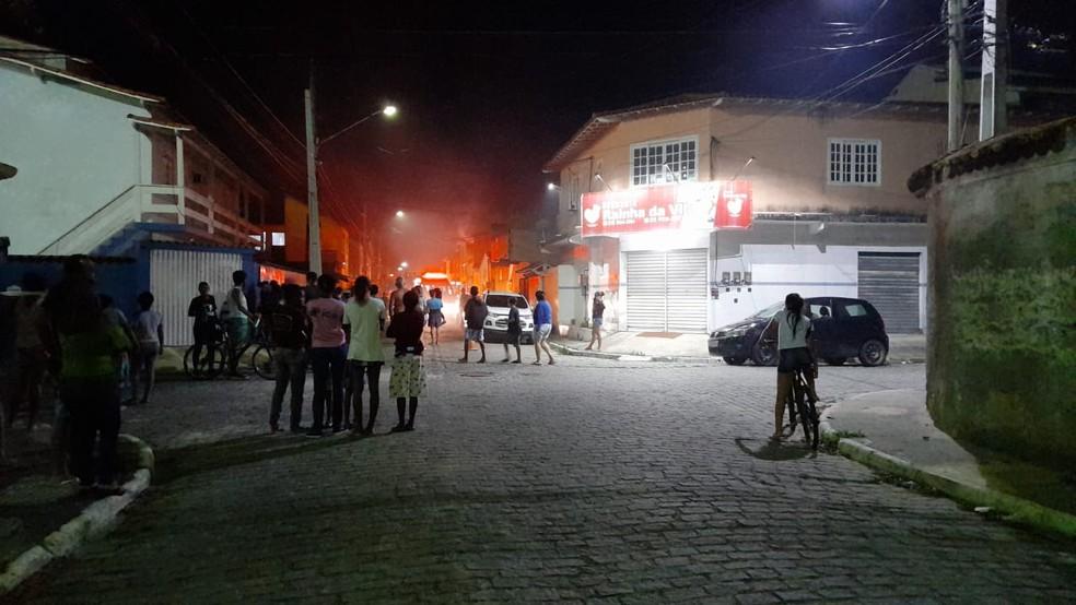 Moradores do bairro Vila do Sol ficaram assustados com a fumaça e foram para a rua em Cabo Frio — Foto: Larissa Vilarinho/g1