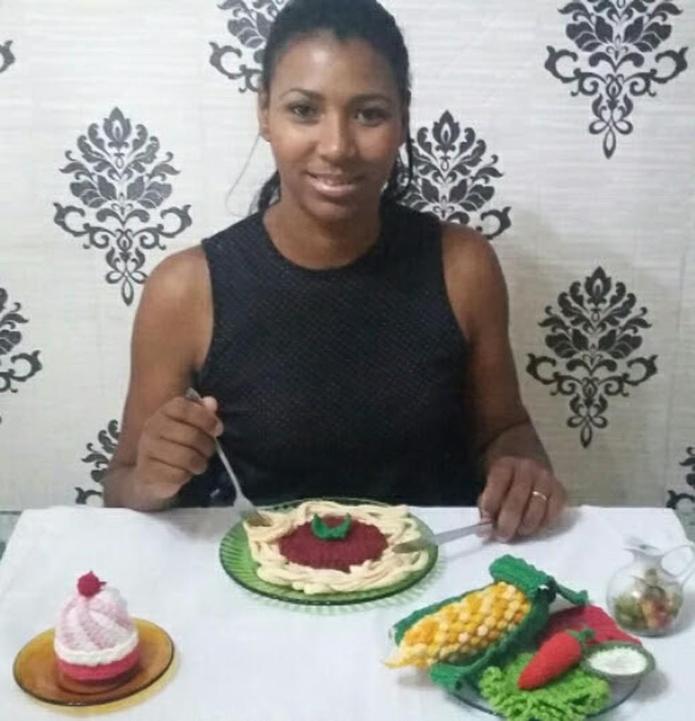 Luciana e os alimentos de crochê que fez para uma exposição — Foto: Fernando Cortez/Arquivo pessoal