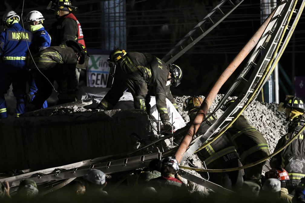 Equipes de resgate retiram corpos do local do acidente do metrô da Cidade do México, em 3 de maio de 2021, após trecho da Linha 12 desabar e deixar dezenas de mortos e feridos — Foto: Marco Ugarte/AP