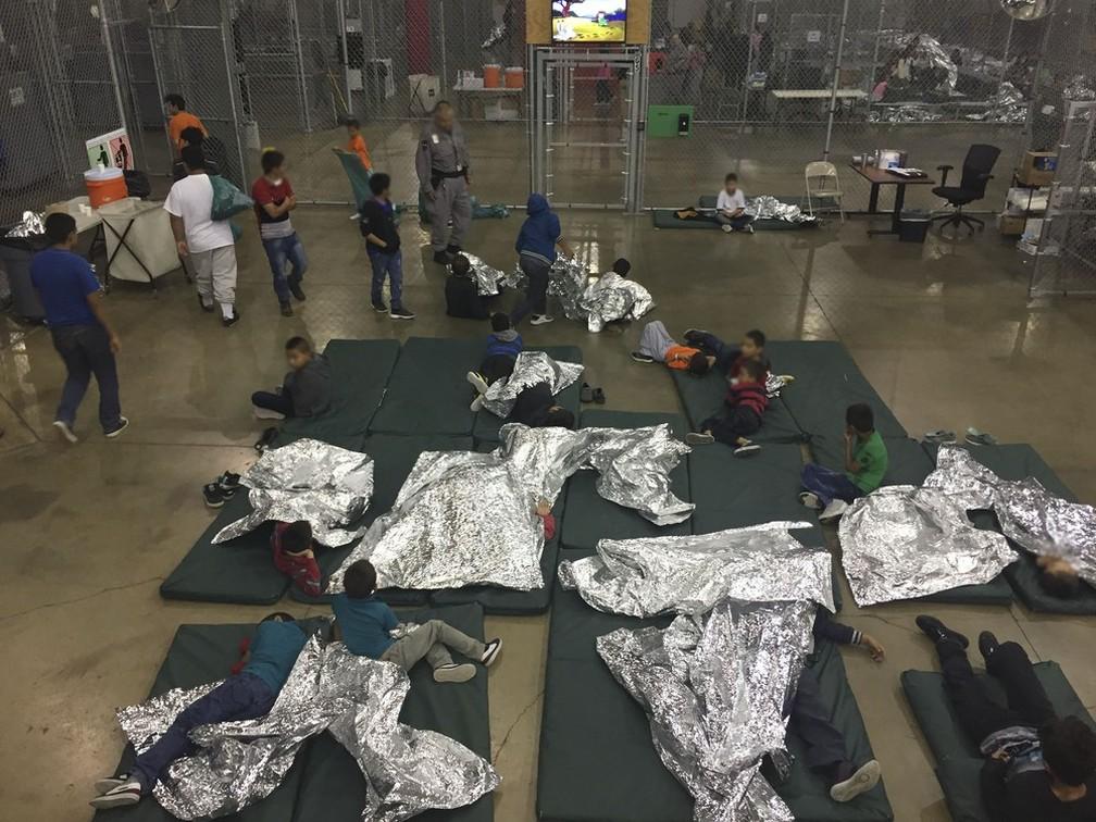 Foto de junho mostra abrigo de menores de idade que foram separados de familiares na fronteira com o México — Foto:  Handout/ U.S. Customs and Border Protection/ AFP