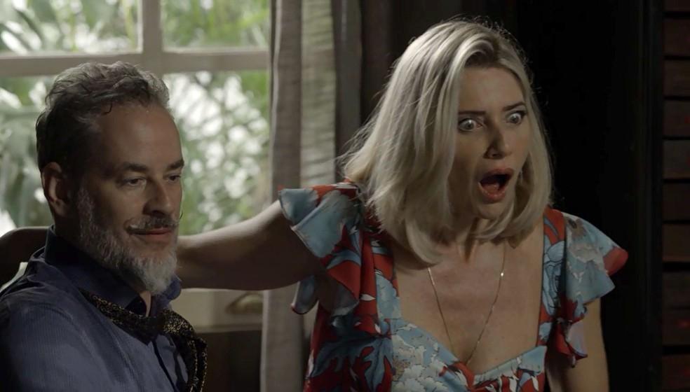 Eurico (Dan Stulbach) e Marilda (Letícia Spiller) recebem de Valentina (Lilia Cabral) uma mala repleta de dinheiro — Foto: TV Globo