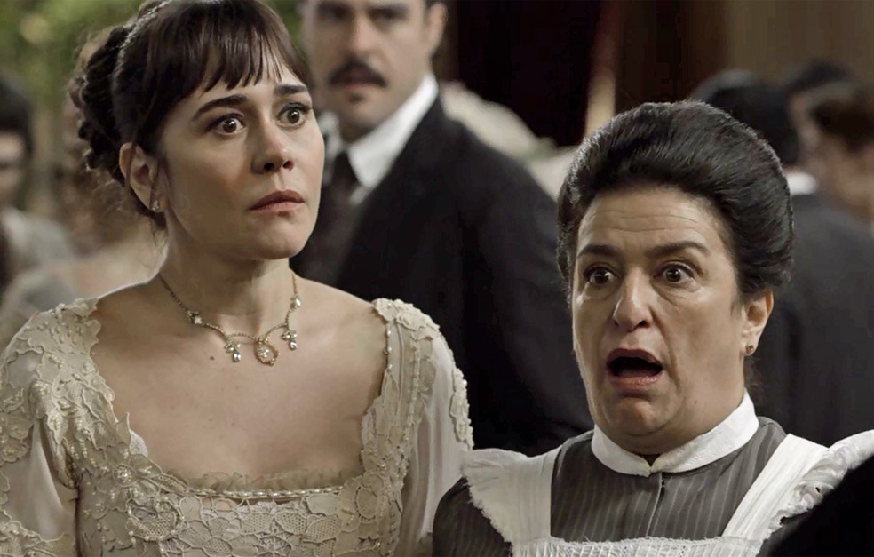 Susana tenta escapar das perguntas de Julieta (Foto: TV Globo)