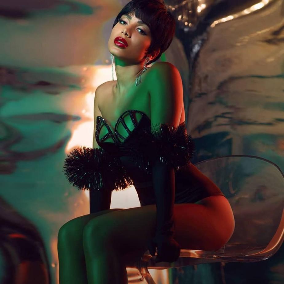 Anitta expõe os títulos das dez músicas do álbum 'Kisses' sem mencionar os convidados das faixas