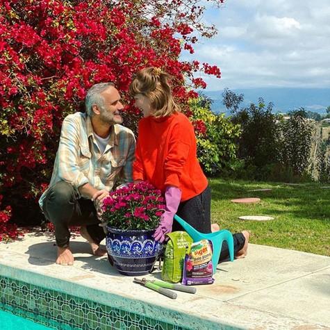 Ludmila Dayer com o marido em sua casa, em Los Angeles (Foto: Reprodução)