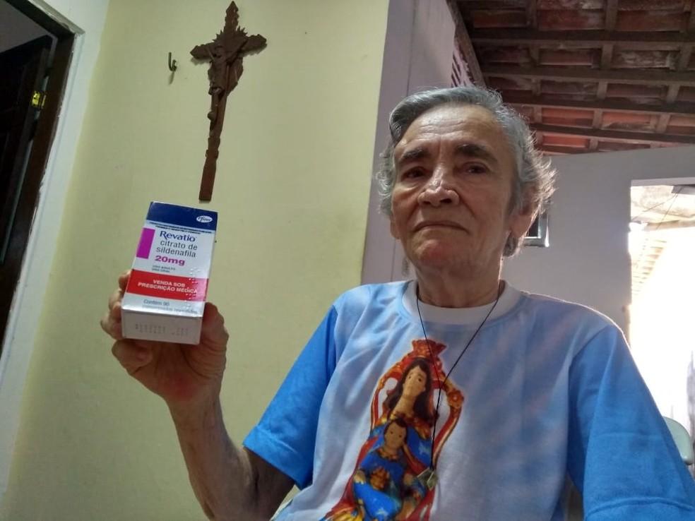 Carmelita Anunciada de Souza tem 81 anos de idade e há 12 convive com uma hipertensão pulmonar, precisando tomar o remédio Revatio diariamente (Foto: Rafael Barbosa/G1)