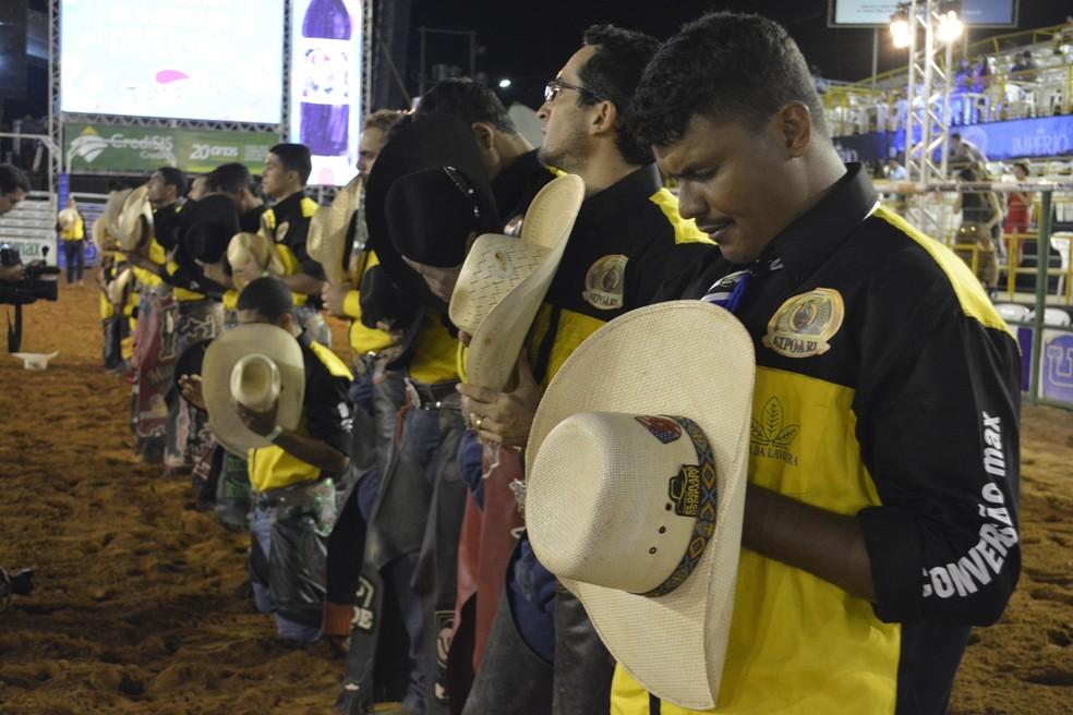 Peões fazendo oração para pedir proteção durante as montarias — Foto: Jeferson Carlos/G1