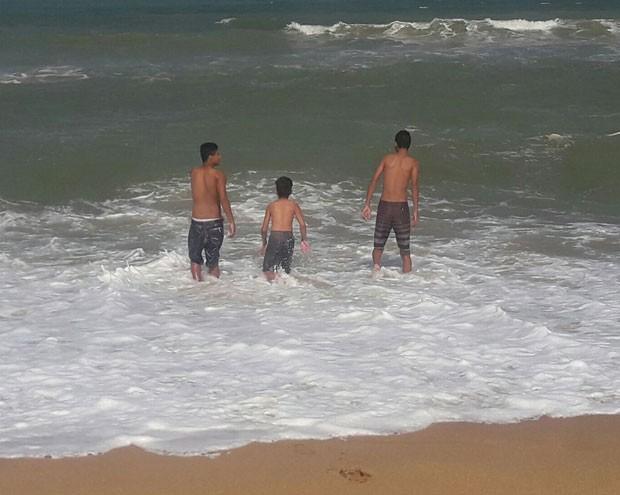 Três dos cinco meninos no mar (Foto: Reprodução Facebook)