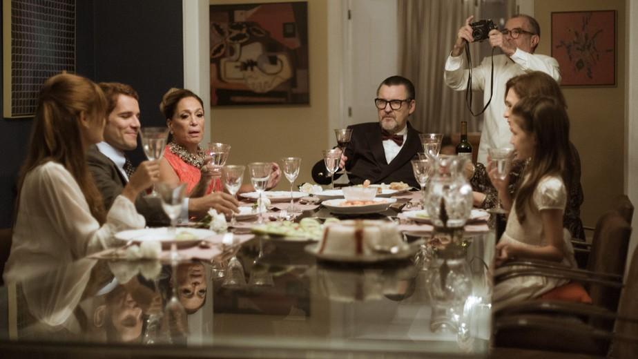 Alice e Vitor anunciam noivado e ela faz pedido especial