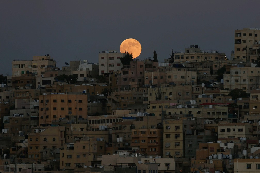 Eclipse lunar visto na cidade de Amã, na Jordânia (Foto: Muhammad Hamed/Reuters)